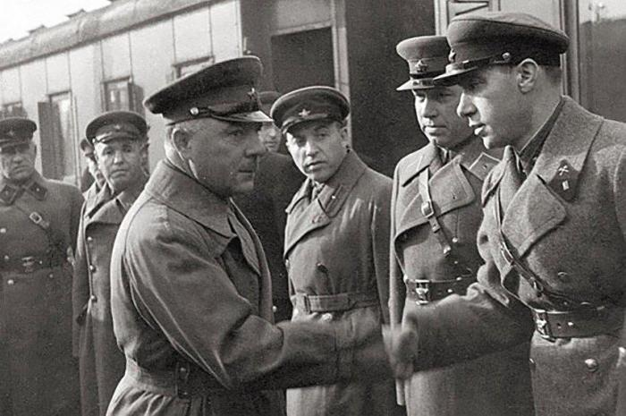 Нарком Климент Ворошилов жмет руку Старинову. 1937 год./Фото: cont.ws